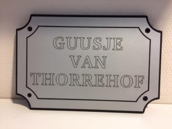 Naamplaat Model D in Zilver met zwarte tekst - GUUSJE VAN THORREHOF