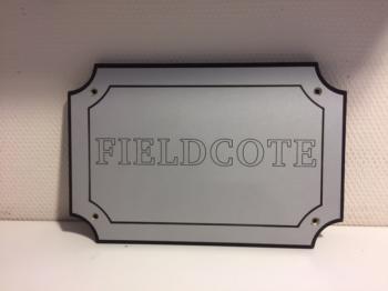 Naamplaat Model D in Zilver met zwarte tekst = FIELDCOTE