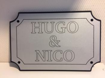 Naamplaat Model D in Zilver met zwarte tekst = HUGO & NICO