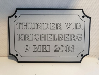 Naamplaat Model D in Zilver met zwarte tekst