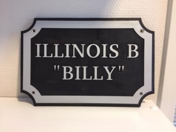 """Naamplaat Model E in Zilver met zwarte achtergrond - ILLINOIS B """"BILLY"""""""
