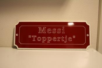Naamplaat Model G Rood met witte Tekst Messi Toppertje